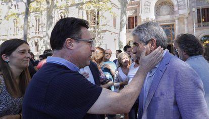 Joan Josep Nuet, miembro de Esquerra Unida, anima a Francesc Homs en el acto de este viernes.
