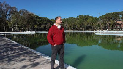 El concejal Alberto Serrano, durante una visita al Polideportivo de Aluche, el miércoles .