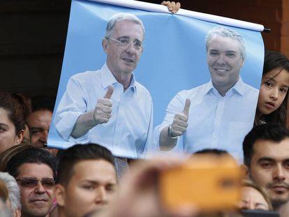 Cartel de Álvaro Uribe e Iván Duque en un acto electoral en Armenia (Colombia) en junio de 2018.