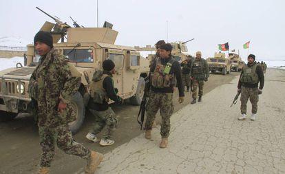 Soldados afganos se preparan para acceder a la zona en la que se ha estrellado el avión, este lunes.