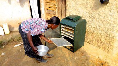 Una de las usarias del aparato secando frutas.