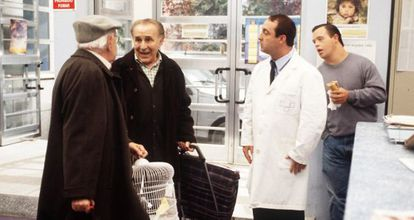El actor Pedro Peña, segundo por la izquierda, en una escena de 'Médico de Familia'