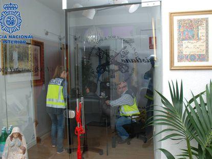 Varios policías, en las oficinas de la falsa Banca Vaticana.