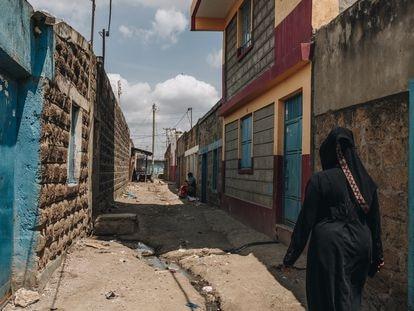 Ashura Mciteka recorre su barrio en Nairobi, en Kenia. Desde que empezó la pandemia, en todo el país se ha registrado un aumento del abandono de fetos y recién nacidos. Mciteka cuenta que suele ser la primera persona de la comunidad a la que avisan cuando se encuentra un cuerpo.