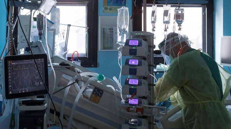Un enfermero del hospital Morales Meseguer de Murcia atiende a un paciente ingresado por covid-19 en la UCI el 21 de octubre.