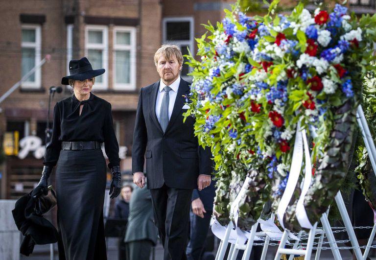 El rey y la reina de los Países Bajos, Guillermo y Máxima, tras dejar flores como homenaje a los caídos durante la II Guerra Mundial, este lunes en Ámsterdam.