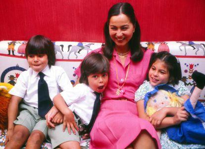 Isabel Preysler junto a sus hijos, Julio José, Enrique y Chábeli, en su casa de Madrid, el 25 de septiembre de 1979.