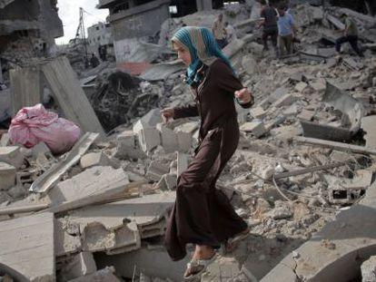 Una mujer entre restos en Gaza en julio de 2014.