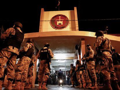 La policía paraguaya vigila el penal de Tacumbú, en Asunción, horas después del motín de este 16 de febrero.