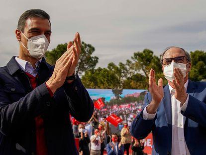 Pedro Sánchez y Ángel Gabilondo, en el cierre de campaña del PSOE en Vallecas.