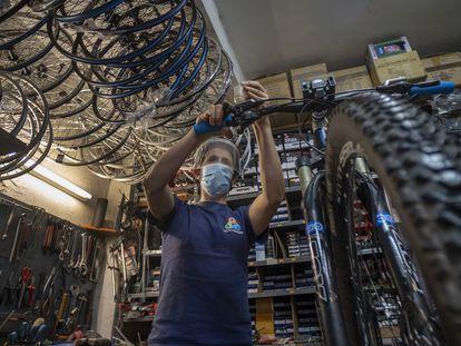Taller de reparación de bicicletas Ciclo Triana, en Sevilla.