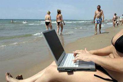 La tecnología <i>wi-fi</i> hace posible trabajar o jugar con un pecé portátil en cualquier lugar, incluso en la playa. Macintosh presentado por Apple en 1984.