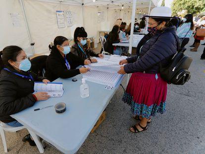 Votantes ecuatorianos, residentes en la Región de Murcia, ejercen su derecho al voto en el colegio electoral instalado en el Recinto Ferial (FICA) de Murcia, este domingo.