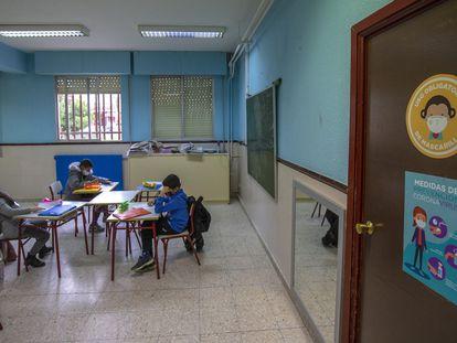 Varios alumnos estudian en una clase del colegio público Giner de los Ríos, en Fuenlabrada, Madrid.