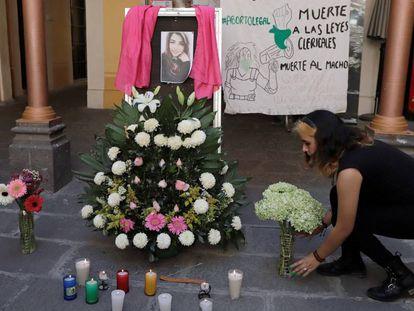 Ofrenda de flores en memoria de Ingrid Escamilla en Puebla.