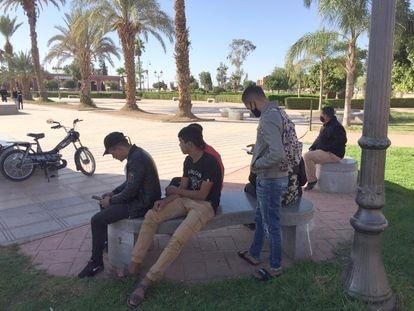 Un grupo de jóvenes marroquíes que desean emigrar a Canarias, sentados en una plaza de El Kelaa des Sraghna, el lunes 9 de noviembre.