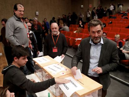 Maurico Valiente vota durante la asamblea constituyente de IU Madrid.
