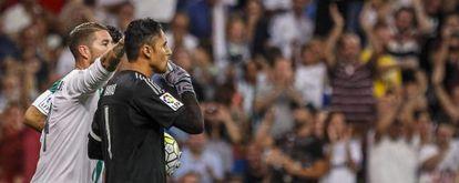 Ramos felicita a Navas por pararle el penalti a Rubén Castro, del Betis.