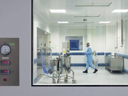 Un técnico trabaja en uno de los laboratorios de la empresa Pharmex.