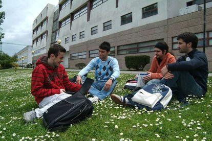 Estudiantes en el campus de A Coruña ante uno de los edficios por los que la Universidad pagará el IBI, en una imagen de 2009.