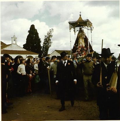 Felipe Sánchez Urbano (center of the image) walks in procession with the Virgen de Luna in the 70s.