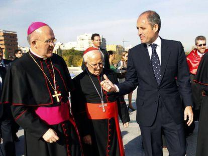 Desde la izquierda, los cardenales Osoro y Cañizares y el expresidente valenciano Camps.