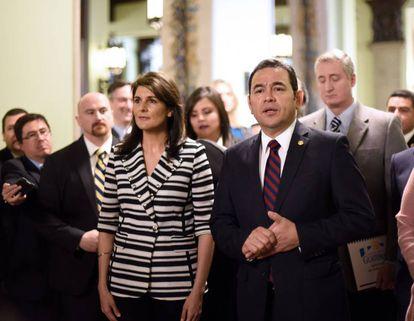 El presidente guatemalteco, Jimmy Morales, con la embajadora de EE UU ante la ONU, Nikki Haley, en febrero en Ciudad de Guatemala.