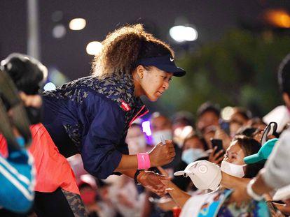 Naomi Osaka firma autógrafos a los aficionados en Melbourne Park tras proclamarse campeona.