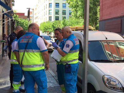 Facultativos del Summa, a la entrada del restaurante donde se registró el accidente.