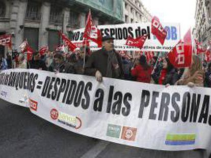 Manifestación contra los despidos en banca entre la Puerta del Sol y el Banco de España.