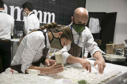 Uno de los estand de Madrid Fusión prepara tapas para degustación del público. SANTI BURGOS