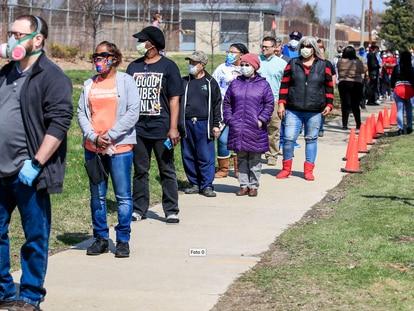 Una fila de personas espera votar en Wisconsin, este martes.