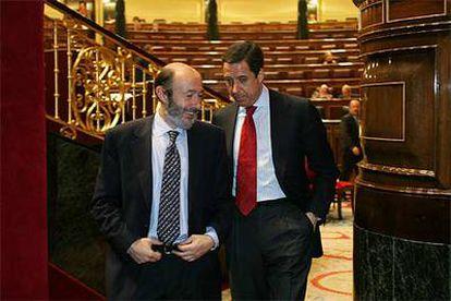 Alfredo Pérez Rubalcaba, ministro del Interior, y Eduardo Zaplana, portavoz parlamentario del PP.