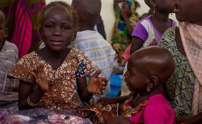 Unas niñas dan palmas mientras cantan una canción en el DIAP de Kidjendji, Diffa, Níger. Octubre de 2016.
