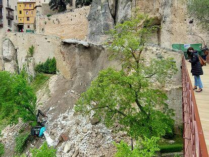 Estado en el que ha quedado la calle Canónigos tras la caída de parte de un muro perteneciente a las Casas Colgadas, en Cuenca, este miércoles.