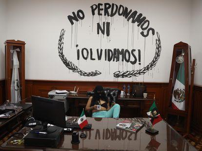 Una activista posa durante la toma de las instalaciones de la Comisión Nacional de Derechos Humanos en Ciudad de México.