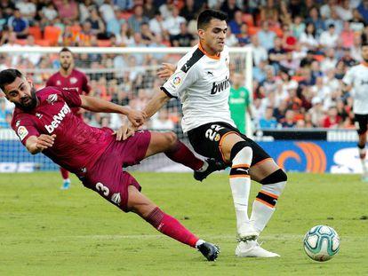 Maxi Gómez protege el balón ante Duarte.