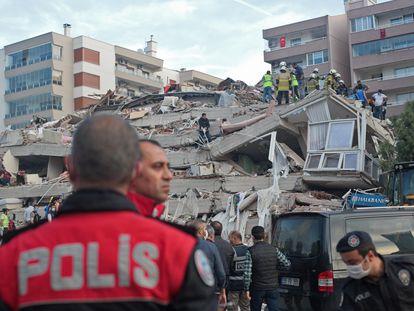 Rescatadores turcos trabajan por hallar a los supervivientes en un edicifio de la ciudad de Esmirna derrumbado tras el terremoto que este viernes sacudió la costa turca del Egeo.