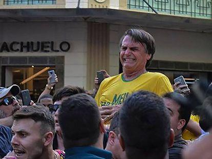 Jair Bolsonaro gesticula tras recibir una puñalada este jueves en Juiz de Fora, en el Estado de Minas Gerais.