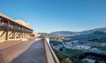La amplia y alargada terraza que recorre el parador tanto en la zona de habitaciones como en el restaurante permite divisar la sierra de Jabalcuz.