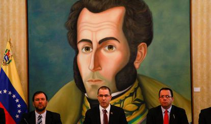 En el centro, el ministro de Exteriores venezolano, Jorge Arreaza, en Caracas el domingo.