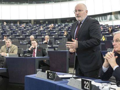 El vicepresidente de la Comisión, Frans Timmermans, junto al negociador de la UE, Michel Barnier.