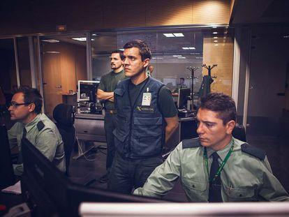 Tres operadores de la Guardia Civil reciben en tiempo real toda la información sobre las misiones del Cuerpo en todo el mundo en la Sala de Operaciones.