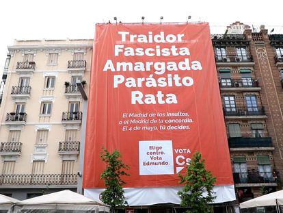El cartel de Ciudadanos en los alrededores del WiZink Center de Madrid, este jueves.
