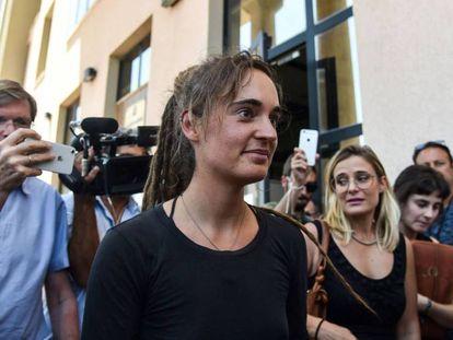 Carola Rackete, a la salida de su audiencia ante el fiscal. / ANDREAS SOLARO AFP