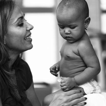 Catalina Escobar con uno de los bebés a los que atiende la Fundación Juanfe.