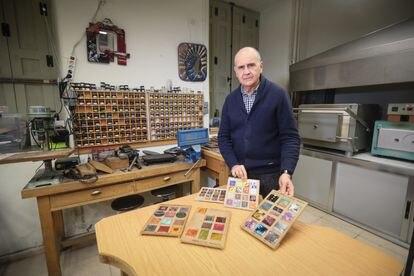 Antonio Valle, director de la Escuela de Arte 3 en el taller de esmaltes.