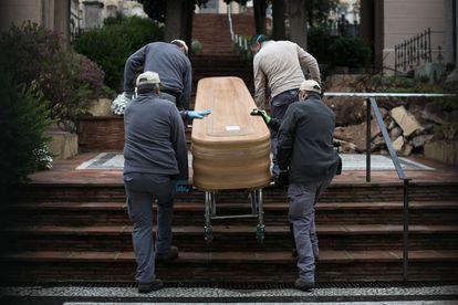 Inhumacion a puerta cerrada, sin asistentes, de una persona fallecida por coronavirus en el cementerio de Sant Gervasi, en Barcelona, el pasado 30 de marzo.