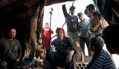 Refugiados sirios levantan un campamento entre el último control militar libanés a 6 km de la frontera Siria, cerca de Ersal, Líbano en abril