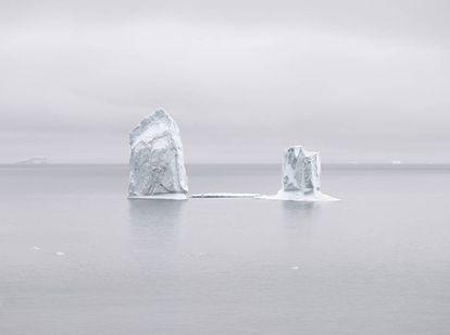 Dos icebergs del glaciar Jakobshavn flotan en la bahía Disko, sobre el Círculo Polar Ártico, en el oeste de Groenlandia.